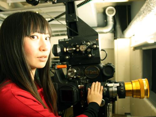 「塚口サンサン劇場」の35ミリ映写機の前でまず一枚。 横顔もきれいで、...  &raq
